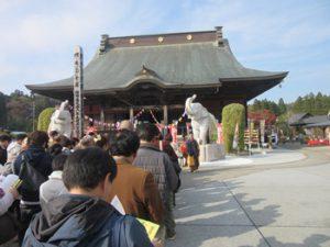 「吉ゾウくん」前に長い列 長福寿寺で大当たり祈願祭